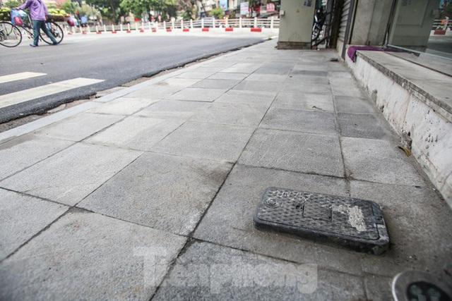 Cận cảnh vỉa hè mới trên những tuyến phố trung tâm của Thủ đô - Ảnh 2.
