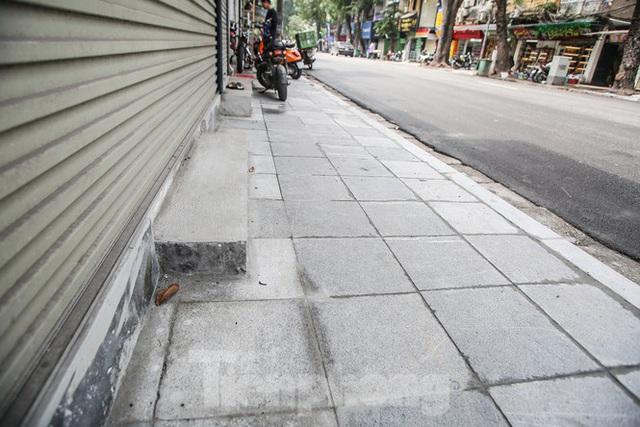 Cận cảnh vỉa hè mới trên những tuyến phố trung tâm của Thủ đô - Ảnh 3.