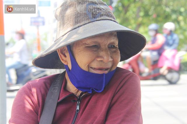 Cụ bà bật khóc khi vé số ở Sài Gòn được mở bán trở lại sau cách ly xã hội: Mừng lắm con ơi, tháng rồi ngoại ở nhà không biết làm gì cả - Ảnh 2.