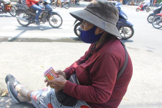 Cụ bà bật khóc khi vé số ở Sài Gòn được mở bán trở lại sau cách ly xã hội: Mừng lắm con ơi, tháng rồi ngoại ở nhà không biết làm gì cả - Ảnh 3.