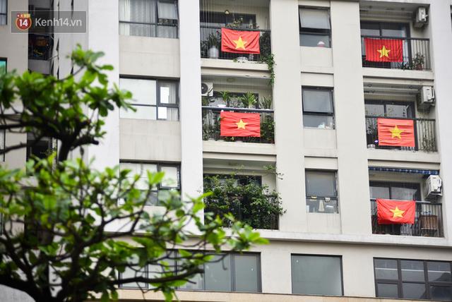 Phố phường Hà Nội rực rỡ cờ hoa dịp lễ 30/4 - Ảnh 12.
