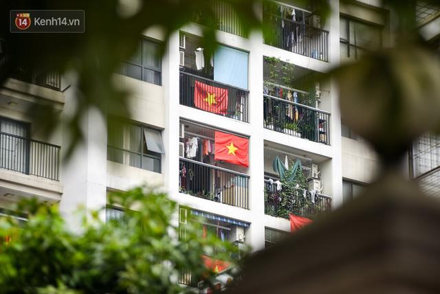 Phố phường Hà Nội rực rỡ cờ hoa dịp lễ 30/4 - Ảnh 11.