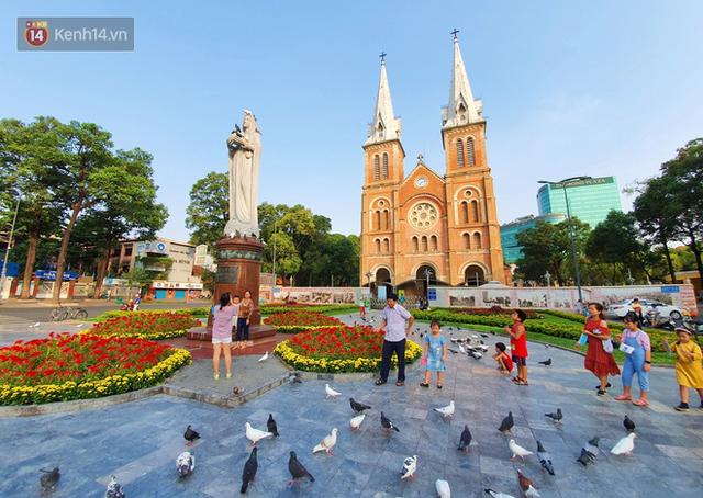 Ảnh: Ngắm một Sài Gòn yên bình trong sáng 30/4, mọi tuyến đường, góc phố phấp phới cờ hoa - Ảnh 2.