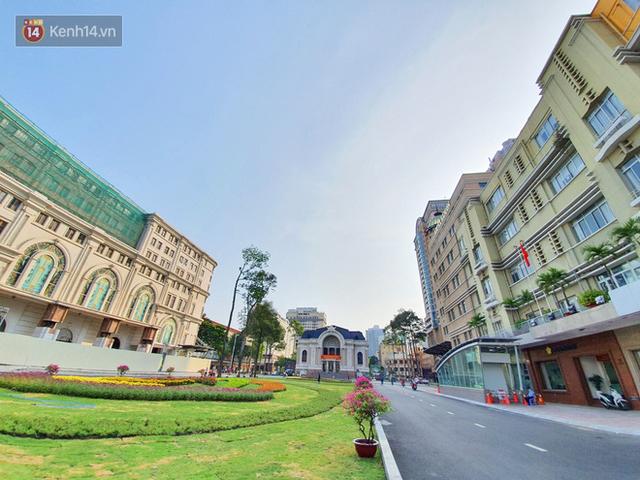 Ảnh: Ngắm một Sài Gòn yên bình trong sáng 30/4, mọi tuyến đường, góc phố phấp phới cờ hoa - Ảnh 5.