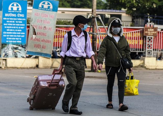 Người dân tay xách nách mang đồ đạc về quê nghỉ lễ 30/4, xe khách được phun khử khuẩn trước khi xuất bến - Ảnh 2.