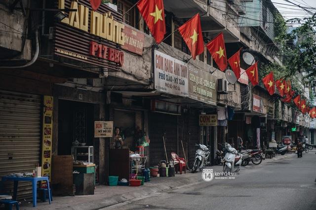 Ảnh: Hà Nội rực rỡ cờ hoa, người dân thảnh thơi tận hưởng nhịp sống bình yên dịp lễ 30/4 - Ảnh 1.