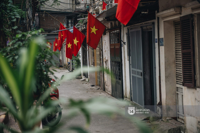 Ảnh: Hà Nội rực rỡ cờ hoa, người dân thảnh thơi tận hưởng nhịp sống bình yên dịp lễ 30/4 - Ảnh 2.