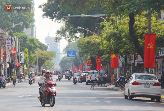 Ảnh: Ngắm một Sài Gòn yên bình trong sáng 30/4, mọi tuyến đường, góc phố phấp phới cờ hoa - Ảnh 17.
