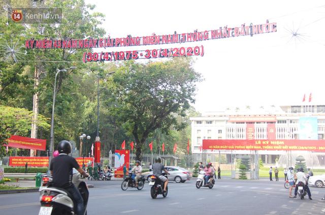 Ảnh: Ngắm một Sài Gòn yên bình trong sáng 30/4, mọi tuyến đường, góc phố phấp phới cờ hoa - Ảnh 18.