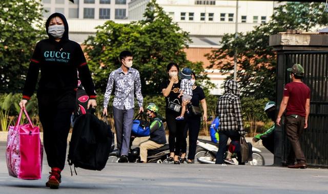 Người dân tay xách nách mang đồ đạc về quê nghỉ lễ 30/4, xe khách được phun khử khuẩn trước khi xuất bến - Ảnh 3.