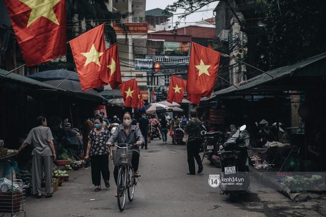 Ảnh: Hà Nội rực rỡ cờ hoa, người dân thảnh thơi tận hưởng nhịp sống bình yên dịp lễ 30/4 - Ảnh 3.
