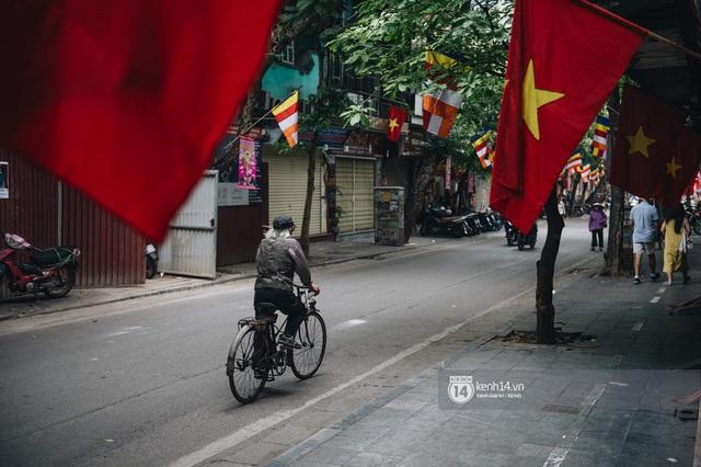 Ảnh: Hà Nội rực rỡ cờ hoa, người dân thảnh thơi tận hưởng nhịp sống bình yên dịp lễ 30/4 - Ảnh 4.