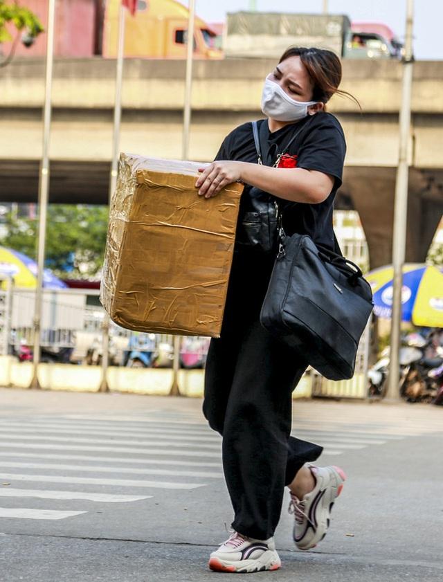 Người dân tay xách nách mang đồ đạc về quê nghỉ lễ 30/4, xe khách được phun khử khuẩn trước khi xuất bến - Ảnh 5.