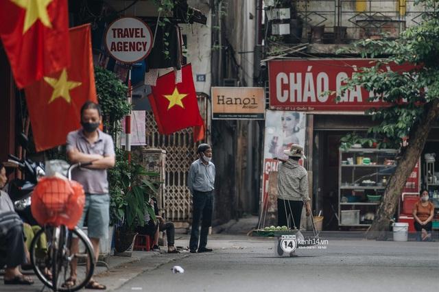 Ảnh: Hà Nội rực rỡ cờ hoa, người dân thảnh thơi tận hưởng nhịp sống bình yên dịp lễ 30/4 - Ảnh 5.