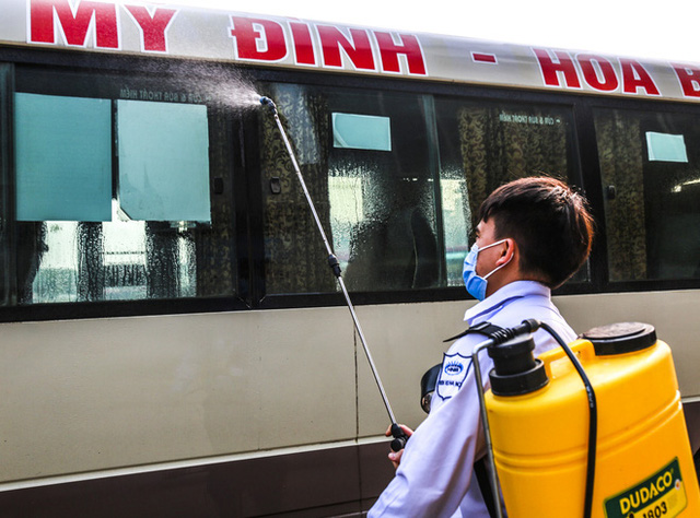 Người dân tay xách nách mang đồ đạc về quê nghỉ lễ 30/4, xe khách được phun khử khuẩn trước khi xuất bến - Ảnh 6.