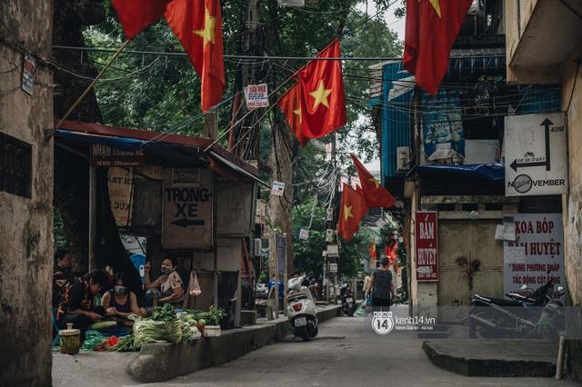 Ảnh: Hà Nội rực rỡ cờ hoa, người dân thảnh thơi tận hưởng nhịp sống bình yên dịp lễ 30/4 - Ảnh 7.