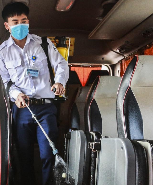 Người dân tay xách nách mang đồ đạc về quê nghỉ lễ 30/4, xe khách được phun khử khuẩn trước khi xuất bến - Ảnh 8.