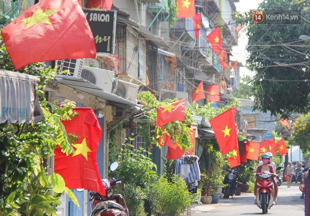 Ảnh: Ngắm một Sài Gòn yên bình trong sáng 30/4, mọi tuyến đường, góc phố phấp phới cờ hoa - Ảnh 13.