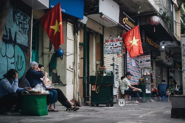 Ảnh: Hà Nội rực rỡ cờ hoa, người dân thảnh thơi tận hưởng nhịp sống bình yên dịp lễ 30/4 - Ảnh 9.