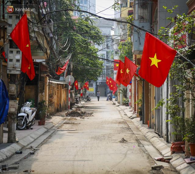 Phố phường Hà Nội rực rỡ cờ hoa dịp lễ 30/4 - Ảnh 5.