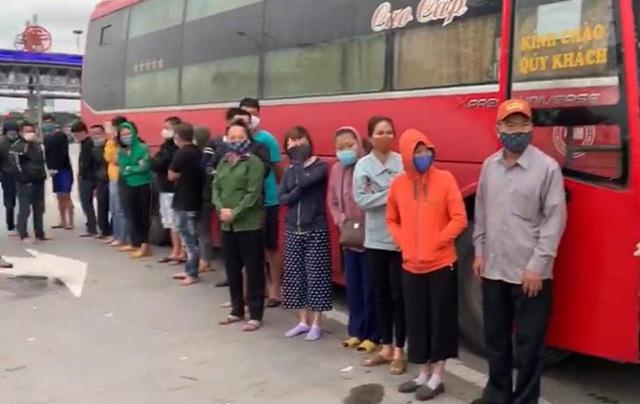 Phớt lờ lệnh cấm, xe khách chở 30 người từ Sài Gòn ra Hà Nội - Ảnh 1.