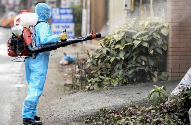 Cảnh phun tiêu trùng, khử độc xóm có người dương tính lần 1 SARS-CoV-2 sau khi khám ở BV Bạch Mai 23 ngày trước - Ảnh 1.