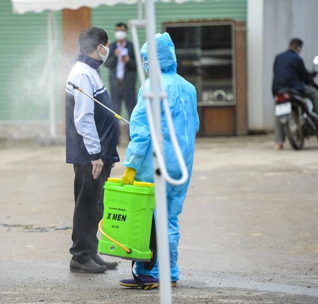 Cảnh phun tiêu trùng, khử độc xóm có người dương tính lần 1 SARS-CoV-2 sau khi khám ở BV Bạch Mai 23 ngày trước - Ảnh 12.
