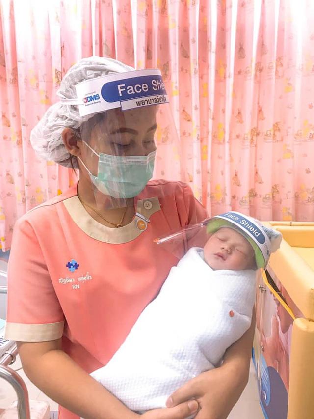 Chào đời mùa Covid-19: Trẻ sơ sinh được trang bị thêm mũ che mặt chống virus, dân mạng chia sẻ ầm ầm vì quá dễ thương - Ảnh 4.