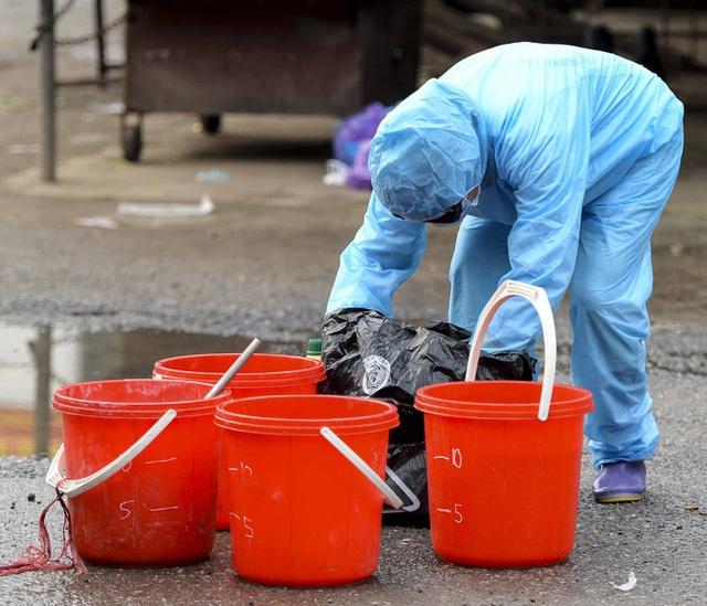 Cảnh phun tiêu trùng, khử độc xóm có người dương tính lần 1 SARS-CoV-2 sau khi khám ở BV Bạch Mai 23 ngày trước - Ảnh 5.