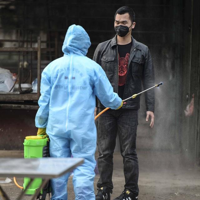 Cảnh phun tiêu trùng, khử độc xóm có người dương tính lần 1 SARS-CoV-2 sau khi khám ở BV Bạch Mai 23 ngày trước - Ảnh 7.