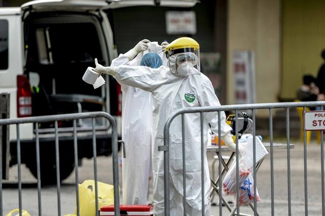 Cảnh phun tiêu trùng, khử độc xóm có người dương tính lần 1 SARS-CoV-2 sau khi khám ở BV Bạch Mai 23 ngày trước - Ảnh 8.