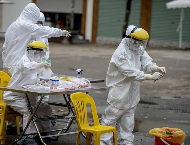 [Ảnh] Cận cảnh lấy mẫu dịch xét nghiệm SARS-CoV-2 tại chỗ cho 41 F1, nơi bệnh nhân 243 sinh sống ở Hà Nội - Ảnh 1.