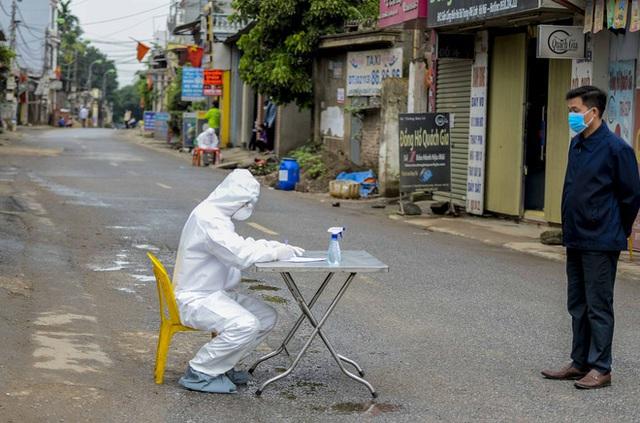 [Ảnh] Cận cảnh lấy mẫu dịch xét nghiệm SARS-CoV-2 tại chỗ cho 41 F1, nơi bệnh nhân 243 sinh sống ở Hà Nội - Ảnh 2.
