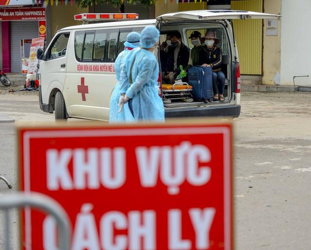[Ảnh] Cận cảnh lấy mẫu dịch xét nghiệm SARS-CoV-2 tại chỗ cho 41 F1, nơi bệnh nhân 243 sinh sống ở Hà Nội - Ảnh 11.