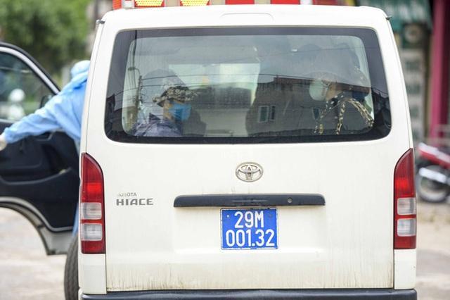 [Ảnh] Cận cảnh lấy mẫu dịch xét nghiệm SARS-CoV-2 tại chỗ cho 41 F1, nơi bệnh nhân 243 sinh sống ở Hà Nội - Ảnh 12.