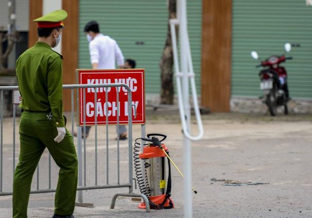[Ảnh] Cận cảnh lấy mẫu dịch xét nghiệm SARS-CoV-2 tại chỗ cho 41 F1, nơi bệnh nhân 243 sinh sống ở Hà Nội - Ảnh 13.