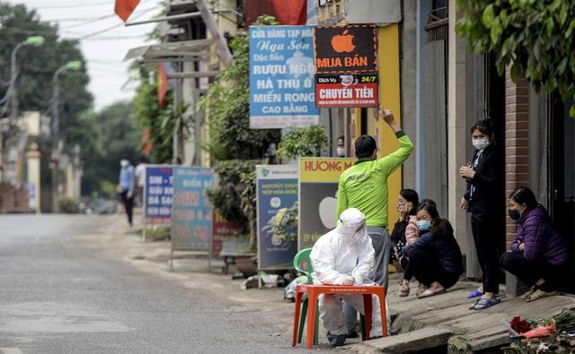 [Ảnh] Cận cảnh lấy mẫu dịch xét nghiệm SARS-CoV-2 tại chỗ cho 41 F1, nơi bệnh nhân 243 sinh sống ở Hà Nội - Ảnh 3.