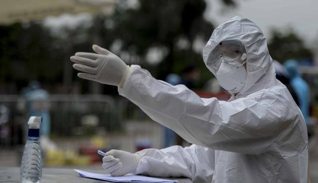 [Ảnh] Cận cảnh lấy mẫu dịch xét nghiệm SARS-CoV-2 tại chỗ cho 41 F1, nơi bệnh nhân 243 sinh sống ở Hà Nội - Ảnh 4.
