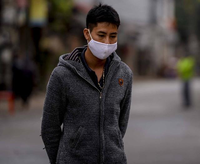 [Ảnh] Cận cảnh lấy mẫu dịch xét nghiệm SARS-CoV-2 tại chỗ cho 41 F1, nơi bệnh nhân 243 sinh sống ở Hà Nội - Ảnh 5.