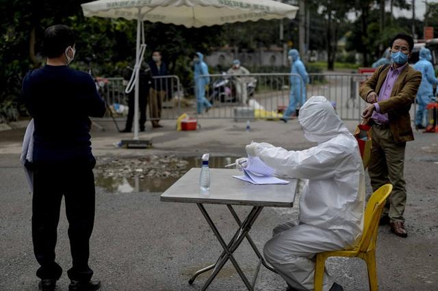 [Ảnh] Cận cảnh lấy mẫu dịch xét nghiệm SARS-CoV-2 tại chỗ cho 41 F1, nơi bệnh nhân 243 sinh sống ở Hà Nội - Ảnh 6.