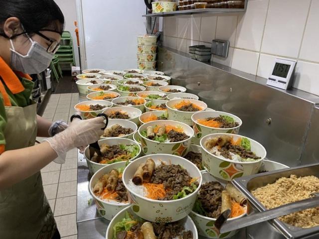 Đầu bếp người Việt nấu bún bò tiếp sức cho y bác sĩ Pháp chống dịch Covid-19: Một hành động tốt sẽ tạo ra những việc tốt khác - Ảnh 6.