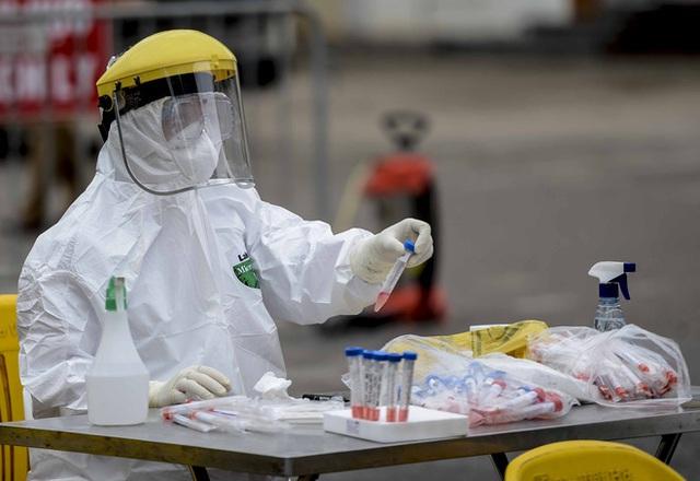 [Ảnh] Cận cảnh lấy mẫu dịch xét nghiệm SARS-CoV-2 tại chỗ cho 41 F1, nơi bệnh nhân 243 sinh sống ở Hà Nội - Ảnh 7.