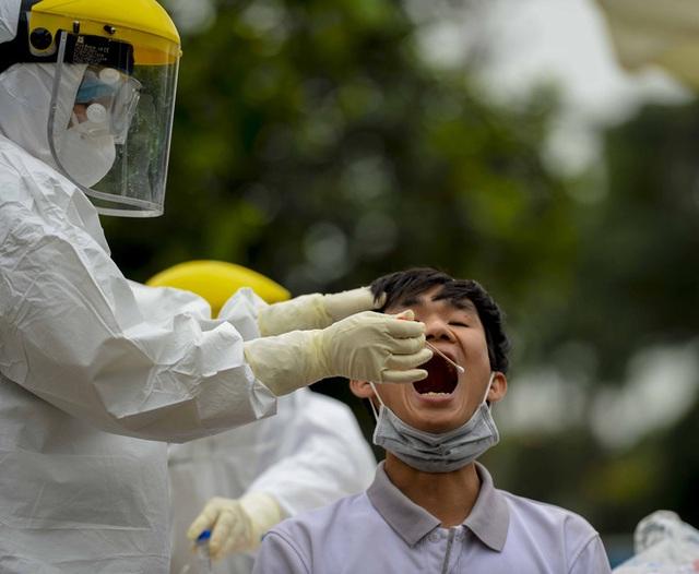 [Ảnh] Cận cảnh lấy mẫu dịch xét nghiệm SARS-CoV-2 tại chỗ cho 41 F1, nơi bệnh nhân 243 sinh sống ở Hà Nội - Ảnh 8.