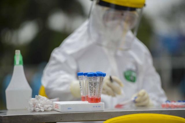 [Ảnh] Cận cảnh lấy mẫu dịch xét nghiệm SARS-CoV-2 tại chỗ cho 41 F1, nơi bệnh nhân 243 sinh sống ở Hà Nội - Ảnh 9.