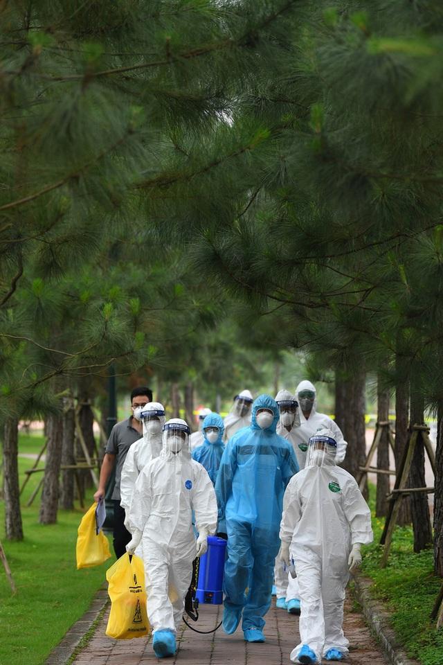 [Phóng sự ảnh] Thợ săn Covid và cuộc sống đằng sau của những lá chắn sống ngăn SARS-CoV-2 ở Hà Nội - Ảnh 1.