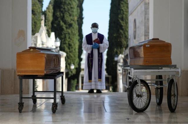 Những cái chết âm thầm tại nhà: Bác sĩ Italy khóc vì phải đưa ra những lựa chọn tồi tệ - Ảnh 1.