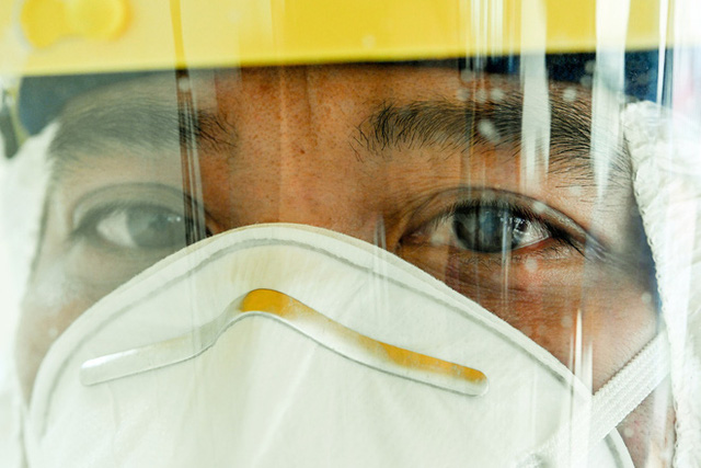 [Phóng sự ảnh] Thợ săn Covid và cuộc sống đằng sau của những lá chắn sống ngăn SARS-CoV-2 ở Hà Nội - Ảnh 21.