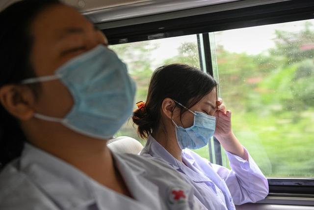 [Phóng sự ảnh] Thợ săn Covid và cuộc sống đằng sau của những lá chắn sống ngăn SARS-CoV-2 ở Hà Nội - Ảnh 25.