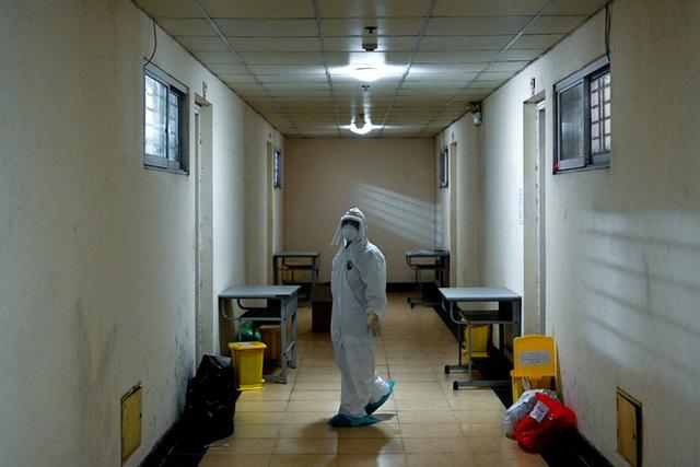 [Phóng sự ảnh] Thợ săn Covid và cuộc sống đằng sau của những lá chắn sống ngăn SARS-CoV-2 ở Hà Nội - Ảnh 5.