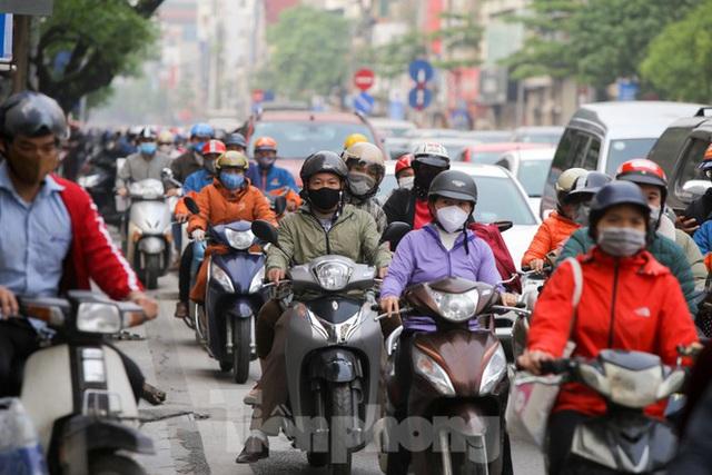 Hà Nội: Người dân lại đổ ra đường, có nơi ùn tắc nhẹ dù đang cách ly xã hội - Ảnh 1.